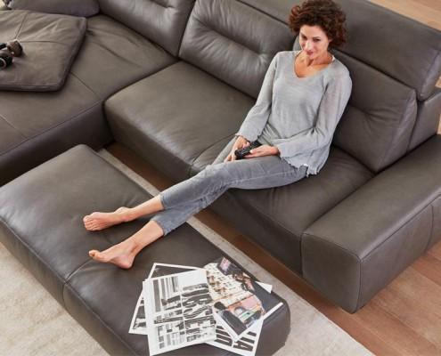 leder-sofa-mit-fusslehne
